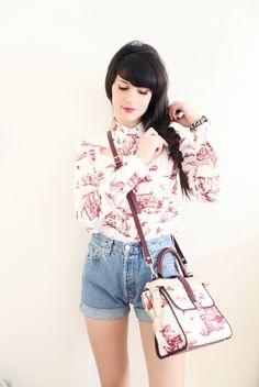 La blogger The Cherry Blosom Girl con bolso y camisa Toile de Jouy de Carven