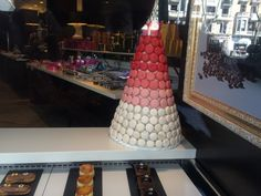 The macaroons cone is formed by 3 stacks of colors vanilla to pink to red. This is also another of use of 3 to create that hold.