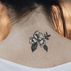 Tatuagem de flor em preto e branco na nuca Tatuagem de raposa com mescla entre as técnicas geométrica e aquarela | Inspire-se com estes 11 modelos fascinantes de tatuagens aquarela