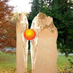 Stilvoller Einzel Grabstein mit Glaseinsatz zweiteilig. Qualität & Service direkt vom Bildhauer; Jetzt Grabstein online kaufen bei Serafinum.de