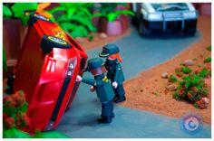 02. La Guardia Civil se acerca al coche y comprueba que los pasajeros no han sufrido más que ligeras contusiones y se disponen a ayudarles a salir del vehículo accidentado.