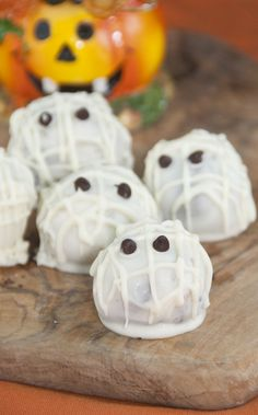 Halloween Mummy Oreo Truffles | Wishes and Dishes