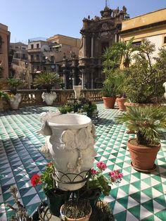 Palermo è splendore e miseria. Nessun'altra città al mondo è così diffidente nel mostrarsi, indifferente al turismo che non sia colto. Come nel Grand Tour settecentesco, solo chi è introdotto riesce ad accedere a luoghi meravigliosi, che vedendo da fuori passerebbero inosservati.