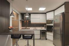 O projeto da arquiteta Cátia Ferronato para o apartamento de um jovem casal buscou proporcionar aconchego e alegria por meio de uma base de tons neutros com pinceladas de cores, aproveitando 100% dos espaços.
