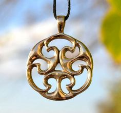 Replica of Celtic Age Pendant (I. century CE) that comes from a continental Europe (Gallia). I was probably part of horsegear. Our reproduction is pendant and you can see in this talisman the triskele (thre realms) and lunar symbols that represents fertility. Size: 3 cm (4 cm including the bale). Material: bronze.