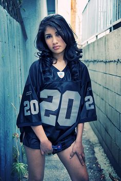 I wanna take a picture with my Raider Jersey like this! Raiders Girl, Raiders Stuff, Raider Nation, Raiders Cheerleaders, Oakland Raiders Football, Sporty Girls, Sexy Outfits, Sexy Women, Sports