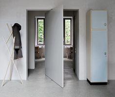 Dietro la porta a scomparsa si scorgono due stanze gemelle, per la lettura e la concentrazione. Anche gli arredi sono simmetrici: scrivanie Kant di Moormann, sedie e lampade d'epoca
