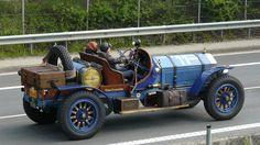 """Dieses beindruckende Fahrzeug muss ich einfach einstellen.  Vorletztes Wochenende am Nürburgring, noch bevor wir die Tribüne erreicht hatten hörten wir ein  lautes knattern und rattern. Dann war er da, """"The Beastie"""" ein Augen und Ohrenschmaus. Einfach ein Hingucker und Hinhörer.  Es handelt sich um einen   Simplex / American La France Typ 45, Baujahr 1918,  6 Zylinder (jeder so groß wie eine Kloschüssel :-))14500!! ccm,  150 PS   3,5 Tonnen schwer  Und einfach wunderschön……."""