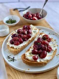 Ricotta Crostini Recipe, Ricotta Cheese Recipes, Roasted Grape Recipes, Detox Recipes, Detox Foods, Fancy Appetizers, Good Roasts, Roasted Strawberries, Cheese Party