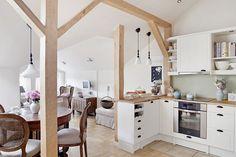 biel  beż i naturalne drewno w   aranżacji  otwartej kuchni na  poddaszu - Lovingit.pl