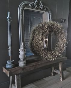 """De schemering valt weer in huis...het leverd wel vaak mooie foto's maar vind t verschrikkelijk licht...Niet licht maar ook niet donker.. Zo """"niet"""" gezellig en kil.... Gauw donker en dan de kaarsjes aan... Nieuwstylingsplekje# Spiegel#thijmkrans#kandelaars #houtenbankje"""