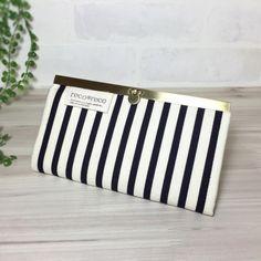 黒と生成りのシンプルなストライプ柄。 スッキリとした、キレイ目な長財布です。 内布にも黒色と生成りで統一してます。 表生地にハード芯を2枚使用しているので、しっかりして永く愛用できますよ♪ 口金はアンディークゴールドで上品で華やかさがでます。カード入れ12枚、小銭入れ1つ、お札入れは仕切りがあります。●カラー:黒・ 生成り●サイズ:横19.5cm 縦11cm ●素材:綿生地 金具●注意事項:ハンドメイドの為、至らない箇所もあるかとは思います。が、風合いとして楽しんでいただければ幸いです。商品の色は、ディスプレイやモニターなどによって差異が生じることがあります。ハンドメイド品をご理解いただけない方、または神経質な方は、申し訳ありませんがご購入をお控えくださいますようお願いいたします。●作家名:reco*reco雑貨/布長財布 /北欧柄/内布/布小物/小花柄/ がまぐち/大人かわいい/可愛い/シンプル/おしゃれ/収納/リバティ/上品/プレゼント/ウォレット/大容量/お財布/手作り/ナチュラル【配送】ゆうパック(保証・追跡サービスあり)レターパック(保証なし・追跡サービスあり)...