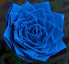 Cómo hacer una rosa con cinta adhesiva