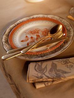 Nappe et vaisselle Bertille agrémenté des assiettes à dessert Fabulette et des couverts martelés or Héritage