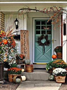 Need some fall porch decorating ideas? Here are 15 fall porch decorating ideas that are sure to inspire your fall decor! Porche Halloween, Fall Halloween, Classy Halloween, Halloween Signs, Halloween Door, Scary Halloween, Halloween Ideas, Halloween Party, Fall Home Decor