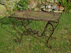 Wunderschöner Gartentisch in braun aus Eisen im Antik-Stil hergestellt. Er eignet sich hervorragend um während des Sommers seine Zeit im Garten entspannter zu gestalten und zum draußen Essen. Der Tisch ist kalppbar. Ideale Gartenmöbel für Terrasse, Balkon, Garten oder drinnen als Bistrotisch. Mehr Informationen findet Ihr in unserem Shop. #werbung #aubaho #garten #möbel #furniture #desk #garden #tisch #auktionshausbadhomburg Vanity Bench, Nostalgia, Amazon, Home Decor, Patio, Wrought Iron, Indoor, Balcony, Advertising