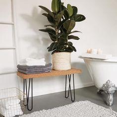 Stylisch und natürlich cool: Eine Bank selber bauen aus Kork! Dazu verraten unsere Interior-Experten Ihnen in einer ausführlichen Schritt-für-Schritt-Anleitung, wie Sie sich mit wenigen Hilfsmitteln eine ultra coole Bank selber bauen können. Lassen Sie sich von unseren Tipps inspirieren und zaubern Sie sich ein originelles und zugleich einzigartiges Deko-Stück für Ihren Wohnbereich!/Westwing Interior Design DIY easy einfach selber bauen basteln Bank Badezimmer Zuhause Idee Küche Ablage Trend Banquettes, Decorative Accessories, Home Accessories, Diy Bank, Bed Cover Design, At Home Furniture Store, Outdoor Cafe, Creation Deco, Pantry Design