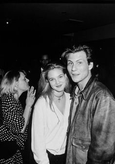 Drew Barrymore and Christian Slater at an event for The Indian Runner 1991 . 90s Fashion, Vintage Fashion, Vintage Style, Fashion Outfits, Drew Barrymore 90s, Drew Barrymore Tattoo, Drew Barrymore Style, Young Christian Slater, 1990 Style