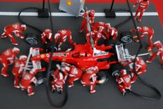 Questo diornama rappresenta un Pit Stop Ferrari di Michael Schumacher durante la stagione 2006. Il modellino in scala 1/43 della Hot Wheels, riadattata con varie modifiche tra cui le decals del tabacco.