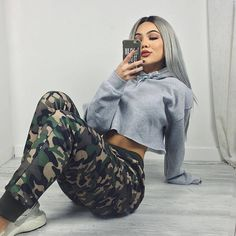 Camo pants and cropped hoodie Mode Outfits, Trendy Outfits, Winter Outfits, Summer Outfits, Army Outfits, Tomboy Outfits, Camo Pants Outfit, Hoodie Outfit, Teen Fashion