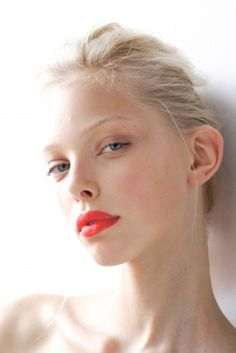 Bold coral lips and a clean face. Beauty Make-up, Fashion Beauty, Beauty Hacks, Hair Beauty, Natural Beauty, Natural Lips, Color Fashion, Blonde Beauty, Natural Red