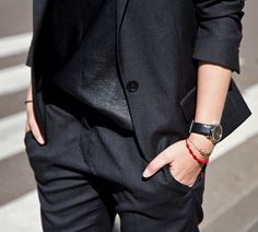 LE FASHION STYLE DARK DETAILS ALL BLACK LOOKS AFTERDRK SABRINA ISBAEL MARANT SUIT CROPPED PANTS LEATHER EUDON CHOI TOP EFVA ATTLING WATCH MINIMAL EFFORTLESS CHIC
