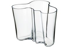 iittala Aalto Clear Vase - For 70 years, the Savoy vase, designed by Finnish architect and furniture designer Alvar Aalto, has been one of the most famous pieces of glass in history. In Aalto anonymously entered his vase d. Design Transparent, Vase Transparent, Alvar Aalto Vase, Vase Vert, Cristal Art, Design Vase, Clear Vases, Large Vases, Design Museum