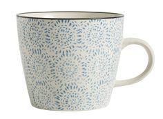 Diese wunderschöne Keramik Tasse von Nordal könnte auch bald Ihren Frühstückstisch aufpeppen. Ein kleiner Blickfang, der bestimmt bald zu Ihrem Lieblingsstück wird. Die Tassen sind handbedruckt, daher gleicht keine Tasse der Anderen und Unregelmäßigkeiten in Material und Muster sorgen für den außergewöhnlichen Charme dieser Tassen.