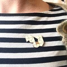 Stuk voor stuk unieke items, gelaserd uit berkentriplex. Deze broche heeft een gegraveerd vlakje en een uitgelaserd vlakje, zodat je shirt ook mee kan doen.