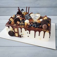 Kuchen Designs - - Torten und Kuchen -Coole Kuchen Designs - - Torten und Kuchen - Friends are like this cake - they just make life better. Chocolate mirror glaze, Inšpirácie na originálne torty Čokoládové torty junk queen Cake Cookies, Cupcake Cakes, Cool Cake Designs, Drip Cakes, Love Cake, Fancy Cakes, Savoury Cake, Creative Cakes, Celebration Cakes