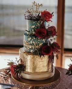 Gold Wedding Cakes Contrasting roses against a superb gold foil wedding cake atop a band cake plate. - Go retro with romantic vintage wedding cakes. This is a great idea if you are rocking the pearls or lace on your dress on your wedding day! Elegant Wedding Cakes, Beautiful Wedding Cakes, Wedding Cake Designs, Beautiful Cakes, Vintage Wedding Cakes, Black Wedding Cakes, Different Wedding Cakes, Creative Wedding Cakes, Wedding Cakes With Cupcakes