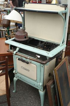 How awesome to see an antique Caloric Aqua colored gas stove! :)