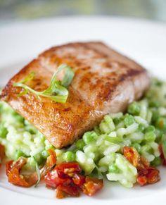 Gebakken zalm met erwtenrisotto en gekonfijte tomaten - Recepten - Culinair - KnackWeekend Mobile