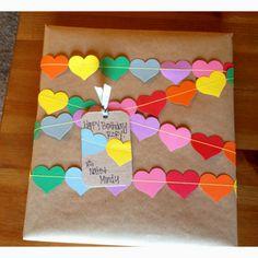 Geschenk mit Herzgirlande                                                                                                                                                                                 Mehr