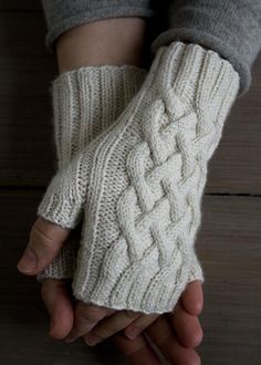 Spring Knits Traveling Cable Hand Warmers Knit up some beautiful mitts that are ideal for combating those early spring chills with this traveling cable hand warmers project! Fingerless Gloves Knitted, Crochet Gloves, Knit Mittens, Crochet Hand Warmers, Purl Bee, Knitting Patterns Free, Hand Knitting, Crochet Pattern, Knit Crochet