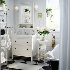 Petite salle de bain IKEA meuble et décoration blanche