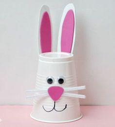 exemple-activite-manuuelle-paques-un-lapin-blanc-fabriqué-d-un-gobelet-en-plastique-museau-des-yeux-mobiles-et-oreilles-en-papier