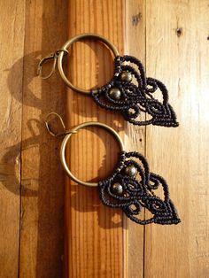 Boucles d'oreilles anneaux en macramé noir et pierres semi précieuses en pyrite. : Boucles d'oreille par belisamag