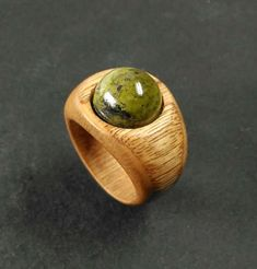 Handmade Portuguese chestnut wood ring, tapering from mm to mm, with a very beautiful epidote cabochon (Ø mm). This ring is very lightweight, making it very comfortable. Size mm (USA 7 It is not recommended for use in water. The wood rings are all Wooden Rings, Wooden Jewelry, Leather Jewelry, Resin Jewelry, Secret Wood Rings, Resin Ring, Wood Turning, Fashion Rings, Creations