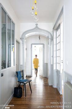 Un couloir lumineux avec verrière dans un magnifique appartement ancien...