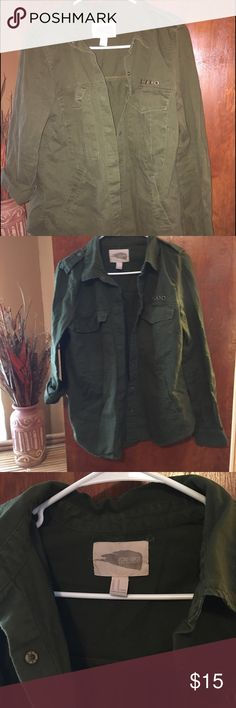 Olive green forever21 jacket snap button Size medium / cargo like/ olive green/ green/ pockets/ pre owned / perfect jacket over hoodie etc preowned good condition Forever 21 Jackets & Coats Utility Jackets