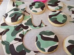 Kiwi Cakes: How to make Camouflage icing Camo Cookies, Fondant Cookies, Iced Cookies, Cupcake Cakes, Cup Cakes, Cupcake Toppers, Sugar Cookies, Army Birthday Parties, Army's Birthday
