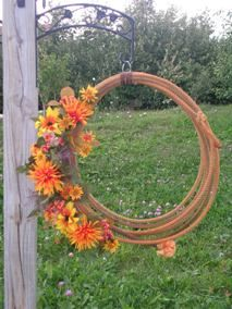 rope wreath decorate for each season Western Crafts, Western Decor, Country Decor, Rope Crafts, Diy Crafts For Gifts, Seasonal Decor, Fall Decor, Holiday Decor, Western Wreaths