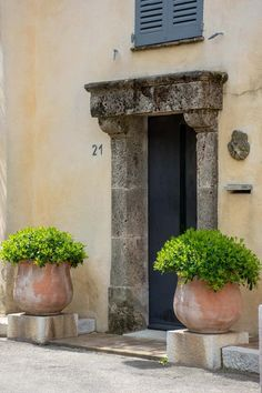 8 ways to create your French garden for 2020 Garden Urns, Garden Doors, Garden Landscape Design, Small Garden Design, French Cottage Garden, French Country Gardens, French Countryside, Large Terracotta Pots, French Courtyard