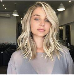 Straight blonde balayage hair looks Hair Color Balayage, Blonde Balayage, Blonde Hair, Medium Length Hair Blonde, Blonde Short Hair, Straight Wavy Hair, Wavy Lob, Icy Blonde, Brown Balayage