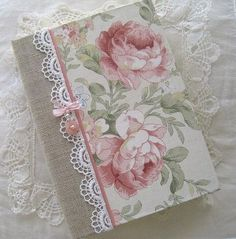 Esse caderno é mais fofo, utilizando tecidos de diferentes texturas, fitas de cetim, renda...