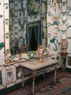 El gabinete de porcelanas .El pavimento de esta sala es uno de los más bellos elementos decorativos ideados por Gasparini. Está compuesto por una elegantísima taracea de mármoles de colores y en invierno se cubre con una alfombra de lana que simula los motivos representados por el mármo