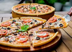 We know you want a slice—and now you can indulge without the diet-derailing consequences. Get the eight best frozen pizzas available in the USA to feed you and your family.