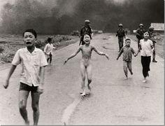 Vietnam, 1972 / Ut Cong Huynh (Vietnam, 1951).  Bastó una sola foto para que Ut Cong fuera reconocido mundialmente. Pero no se trataba de cualquier imagen de guerra; su fotografía mostraba a una niña desnuda escapando de un ataque en napalm durante la guerra de Vietnam. Kim Phúc, una pequeña de tan solo 9 años corría desesperadamente en busca de ayuda, y cuya foto dio la vuelta al mundo como la imagen representativa del horror de una guerra. Ut Cong sigue trabajando para la agencia AP en Los…