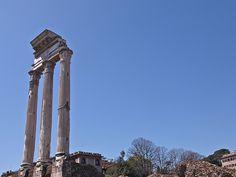 Templo de Cástor e Pólux  Este templo conmemoraba a vitoria dos romanos contrra os latino no Lago Regilo.